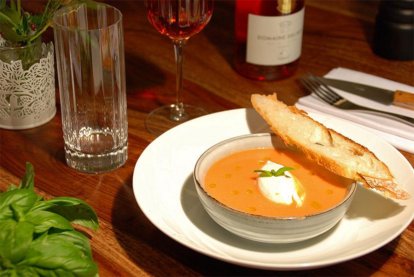 Soupe de tomates et fromage frais servie à l'auberge de Montpoupon