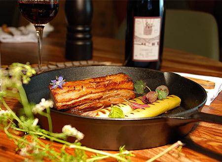 Poitrine de cochon servie à l'auberge de Montpoupon