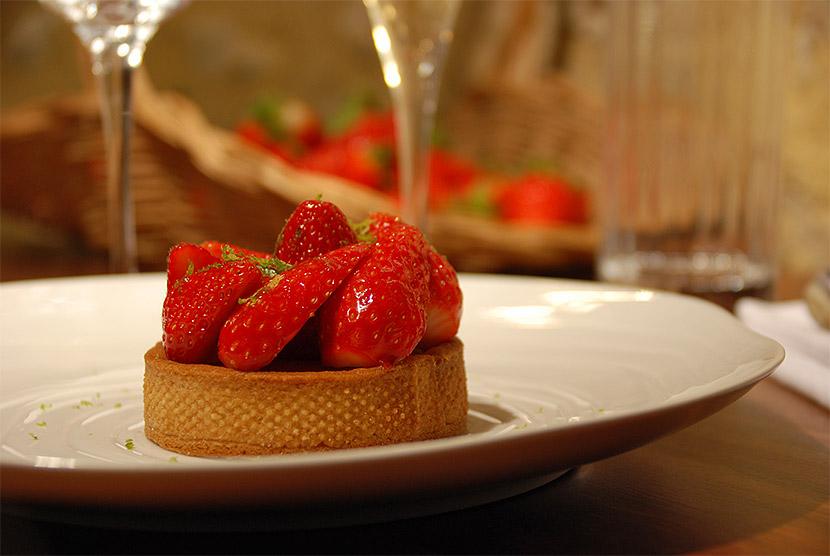 Tarte aux fraises servie à l'auberge de Montpoupon