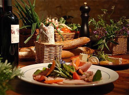 Assiettes de produits du terroir servis l'après-midi à l'auberge de Montpoupon