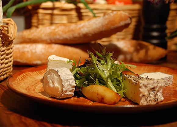 Assiette de fromages de producteurs locaux à l'auberge de Montpoupon