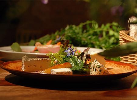 Assiette de fromages locaux servie l'après-midi à l'auberge de Montpoupon