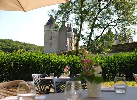 Terrasse de l'auberge de Montpoupon, avec vue sur le château de Montpoupon