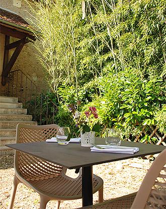 Table en terrasse à l'auberge de Montpoupon