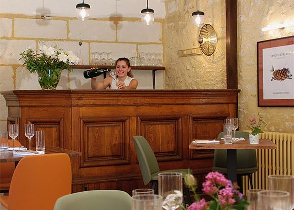 Laurie Sassot, responsable de salle à l'auberge de Montpoupon