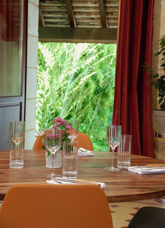 Salle de restaurant de l'auberge de Montpoupon avec vue sur le jardin