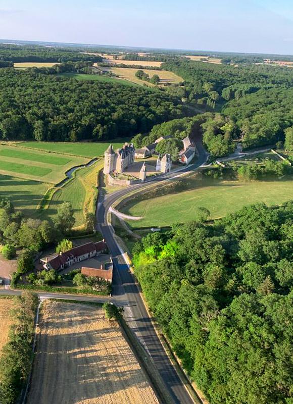 le château et l'auberge de Montpoupon vus du ciel