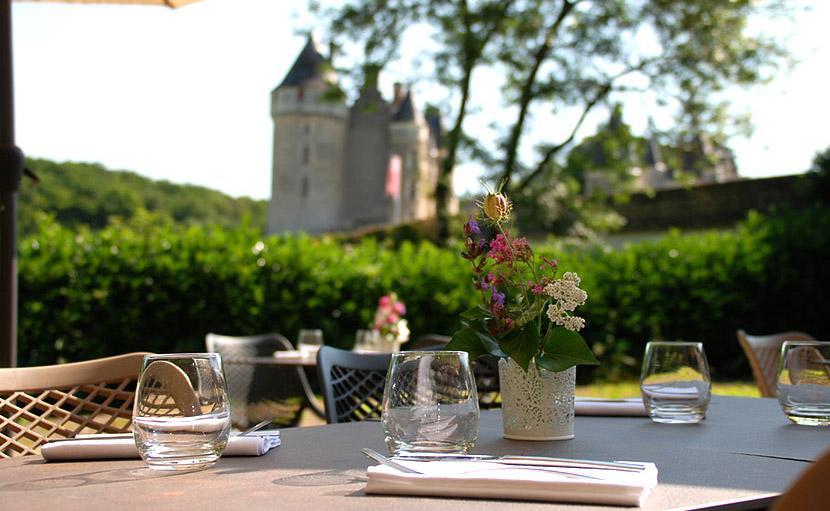 Tables en terrasse avec vue sur le château