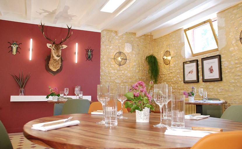 Table ronde dans la salle de restaurant