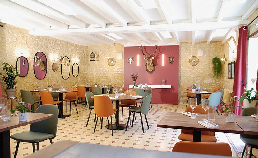 Plan large sur la salle du restaurant de l'auberge de Montpoupon