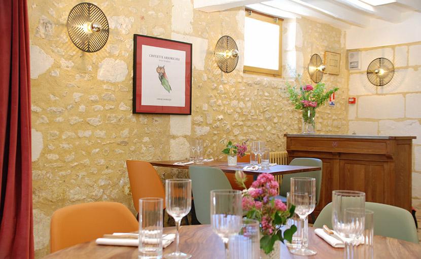 Côté accueil de la salle de restaurant de l'auberge de Montpoupon