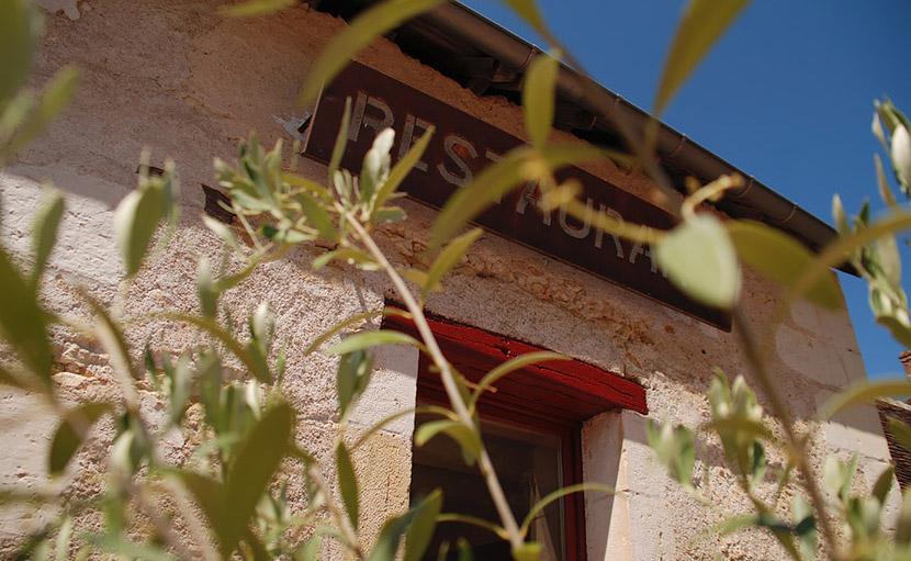 Vue de détail sur l'enseigne du restaurant